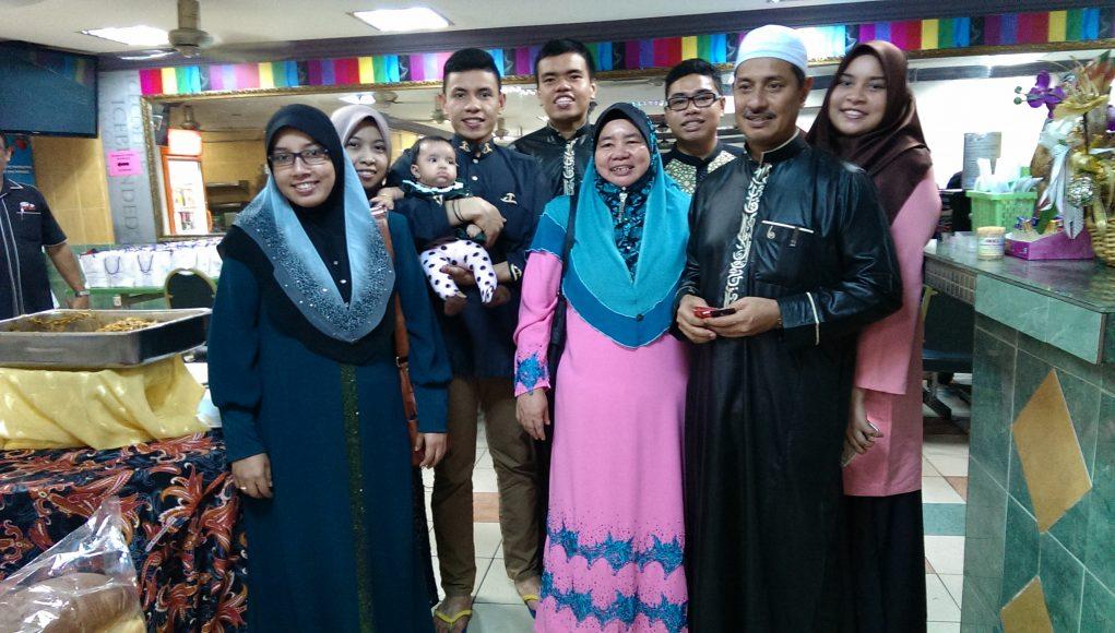 Ruslin. lebih dikenali Pak Tam (dua dari kanan), bersama isteri dan anak-anaknya.